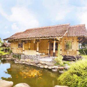 Rumah Bambu Asri Dengan Kolam Ikan